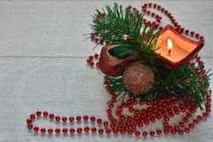 Julbakgrund med granfilialer och den birning stearinljuset royaltyfri fotografi