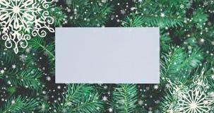 Julbakgrund med granfilialer, sn?flingor och guld- bollar B?sta sikt med bokstavs- och kopieringsutrymme arkivfilmer