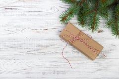 Julbakgrund med granträdet, gåvaasken och dekoren Bästa sikt med kopieringsutrymme Royaltyfria Bilder