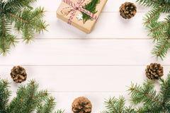 Julbakgrund med granträdet och gåvaask på den trälantliga tappningtabellen Bästa sikt med kopieringsutrymme för din design fotografering för bildbyråer