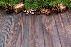 Julbakgrund med granträdet och gåvaask på trätabellen Bästa sikt med kopieringsutrymme för din design arkivbild