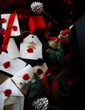 Julbakgrund med granträdet och gåvaaskar över trä märker inbjudningar Santa Claus Royaltyfria Bilder