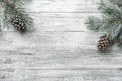 Julbakgrund med granträdet och garnering på mörkt träbräde Jul sammansättning för ` s för nytt år arkivfoto