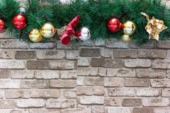 Julbakgrund med granträdet, struntsaker och tegelstenar Arkivbild