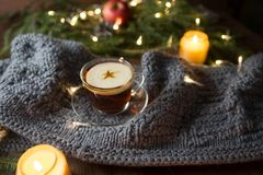 Julbakgrund med granträdet, tekoppen och stearinljus royaltyfri fotografi