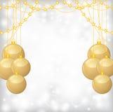 Julbakgrund med guld klumpa ihop sig, och guld pryder med pärlor girlanden Arkivfoton