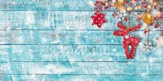 Julbakgrund med handen - gjorda torkdukegarneringar på trä Arkivbilder