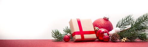 Julbakgrund med julbollar, gåvor och garnering royaltyfri bild
