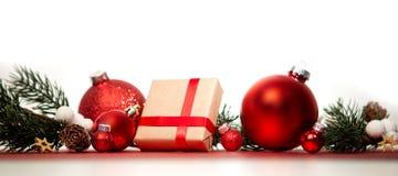 Julbakgrund med julbollar, gåvor och garnering royaltyfria foton