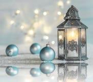 Julbakgrund med julbollar, lykta royaltyfri fotografi