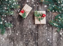 Julbakgrund med julgåvan på träbakgrund med gran förgrena sig royaltyfri foto