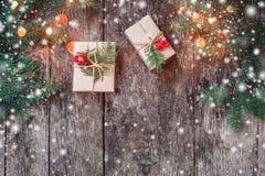 Julbakgrund med julgåvan på träbakgrund med gran förgrena sig royaltyfri bild
