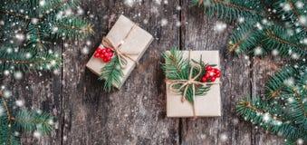 Julbakgrund med julgåvan på träbakgrund med gran förgrena sig royaltyfria foton