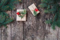 Julbakgrund med julgåvan på träbakgrund med gran förgrena sig fotografering för bildbyråer