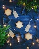 Julbakgrund med kakor, trädet och girlanden Royaltyfri Bild