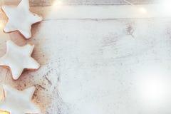 Julbakgrund med kanelbruna stjärnor och ljus fotografering för bildbyråer