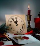 Julbakgrund med klockan, snögranträdet och gåvaaskar över trä märker inbjudningar Santa Claus Royaltyfria Bilder