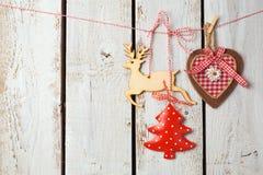 Julbakgrund med lantliga garneringar över det vita träbrädet Royaltyfri Fotografi