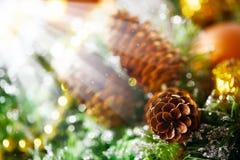 Julbakgrund med ljus garnering Arkivbild