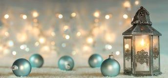 Julbakgrund med lyktan och bollar arkivbild