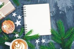 Julbakgrund med notepaden och cuo av cappuccino fotografering för bildbyråer