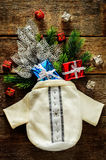 Julbakgrund med påsen, gåvor och julgranen Royaltyfri Foto