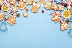 Julbakgrund med pepparkakan royaltyfria bilder