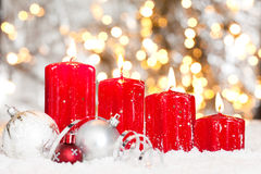 Julbakgrund med röd stearinljus och snow Fotografering för Bildbyråer