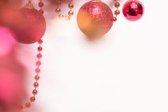 Julbakgrund med röda bollar och pärlor royaltyfria bilder
