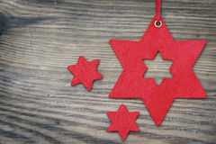 Julbakgrund med röda stjärnor av filt på gammalt grått trä Fotografering för Bildbyråer