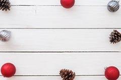 Julbakgrund med sörjer kottar och julbollar arkivfoton