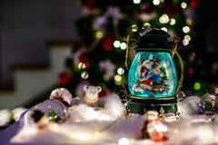 Julbakgrund med santa i ett snöjordklot royaltyfria bilder