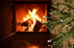 Julbakgrund med spis- och granfilialer med garneringar fotografering för bildbyråer