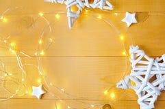 Julbakgrund med stället för din nd-girland för text och för vit jul stjärnapå en guld- träbakgrund Lekmanna- lägenhet Royaltyfria Foton