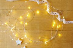 Julbakgrund med stället för ditt text och träd för vit jul och stjärna på en guld- träbakgrund Lekmanna- lägenhet Fotografering för Bildbyråer