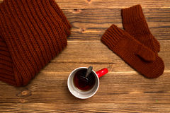 Julbakgrund med stack tumvanten och en kopp kaffe Royaltyfri Bild