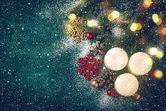 Julbakgrund med stearinljus och snö Detaljerade 3d framför Arkivfoto