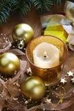 Julbakgrund med stearinljuset och garneringar Royaltyfria Foton