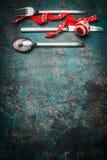 Julbakgrund med tabellinställningen och det röda bandet och garnering för festlig matställe Royaltyfri Fotografi