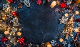 Julbakgrund med trägarneringar och stearinljus Fritt s royaltyfria bilder