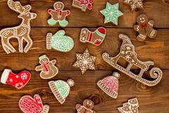 Julbakgrund med utsmyckade pepparkakakakor Fotografering för Bildbyråer