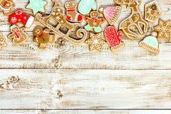 Julbakgrund med utsmyckade pepparkakakakor Royaltyfria Bilder