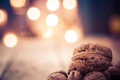 Julbakgrund med valnötter och stearinljus Arkivfoto