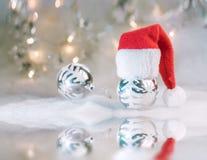Julbakgrund med Xmas-bollar arkivbilder
