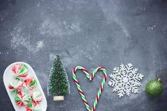 Julbakgrund med Xmas-trädet, julboll, snöflinga, godisrotting royaltyfri bild