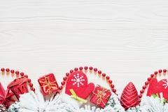 Julbakgrund på det vita träbrädet royaltyfri fotografi
