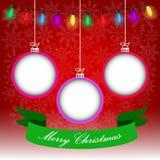 Julbakgrund på röd och snöig bakgrund med julbollar och ljus Royaltyfria Bilder