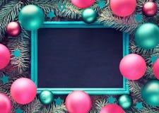Julbakgrund på trä med svart tavla, gran fattar, colorfuen royaltyfri fotografi