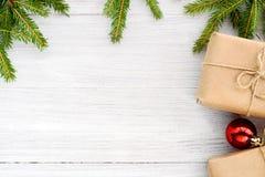 Julbakgrund - ram av julgranfilialer och en gi arkivfoto