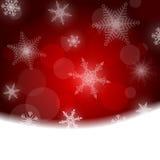 Julbakgrund - som är röd med vita snöflingor Royaltyfria Bilder